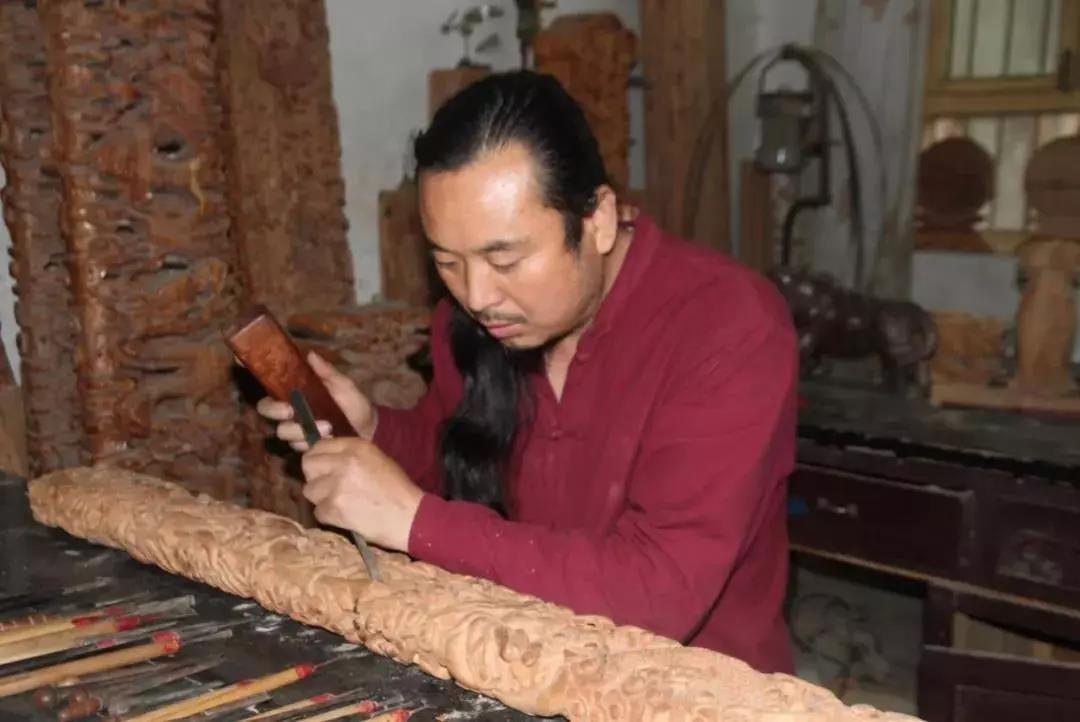 第五批国家级非遗代表性传承人风采录丨李艳军:永乐桃木,雕刻美好人生
